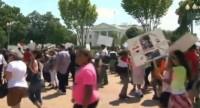"""Cristãos e muçulmanos egípcios protestam juntos em frente a Casa Branca para pedir que Obama """"não apoie terroristas"""""""