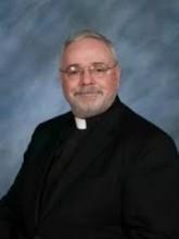 Padre condecorado pelo Papa é preso ao ser flagrado fazendo sexo com prostituta num cemitério