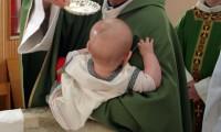 Pastor causa polêmica ao se recusar a realizar batismo de filho de um casal de lésbicas