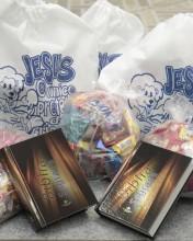 """Igreja evangélica afirma que """"doces de São Cosme e São Damião"""" são amaldiçoadas e troca por """"doces abençoados"""""""