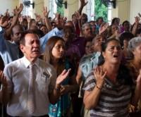 """Igrejas pentecostais reduzem prática de """"falar em línguas"""" para se tornarem mais atrativas"""