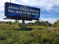 """Caminhoneiro reúne economia de milhões de dólares e gasta tudo """"divulgando Deus"""" através de outdoors"""
