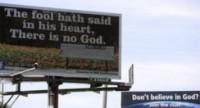 """Cristão e grupo ateu travam """"guerra de outdoors"""" com mensagens bíblicas e ateístas"""