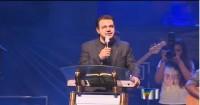 Pastor Marco Feliciano manda prender ativistas gays que se beijaram durante culto; Jovens alegam terem sido agredidas