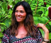 Evangélica, a ex-Tiazinha, Suzana Alves, prega em congresso de adolescentes