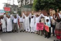 Muçulmanos paquistaneses formam corrente humana para proteger cristãos contra ataques de extremistas; Veja fotos