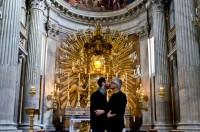 Vaticano impede exposição de fotos que mostram casais gays se beijando em igrejas de Roma