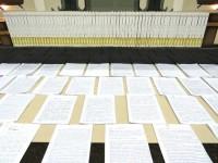 Fiéis da Assembleia de Deus copiam a Bíblia inteira à mão, resultando em um volume com quase 3 metros