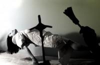 Religiosos amarram jovem em posição de cruz por dias para exorcizá-la e são acusados de tortura e barbárie Exorcism-200x130