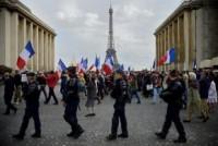 """Centenas de manifestantes protestam em Paris contra o """"anticristianismo"""" e medidas """"anti família"""""""