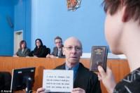 """Juízes britânicos querem acabar com tradição de jurar sobre a Bíblia no tribunal: """"ninguém leva a sério"""""""