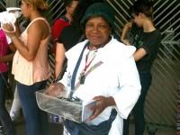 """Ambulante oferece """"canetas ungidas"""" por R$ 1,00 para estudantes serem abençoados nas provas do ENEM"""