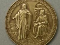 Vaticano comete gafe e escreve nome de Jesus errado em medalha que homenageia o papa Francisco