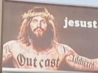 """Outdoor de campanha de evangelismo causa polêmica ao mostrar Jesus tatuado com palavras como """"viciado"""" e """"marginal"""""""