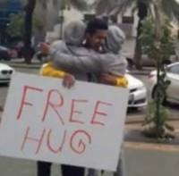 """Polícia religiosa da Arábia Saudita prende jovens por oferecerem """"abraços grátis"""" nas ruas do país"""