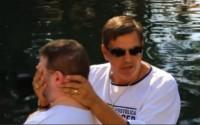 Batismos no rio Jordão custam R$ 4 mil a fiéis e acontecem fora do lugar onde Jesus foi batizado; Assista e entenda