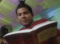 Para prevenir violência, presos gays são enviados para ala evangélica em presídio
