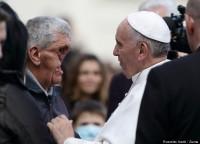 """Papa Francisco volta a emocionar ao abraçar fiel com rosto desfigurado e pede a cristãos que """"cuidem das pessoas"""""""