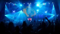 """Ao som de funk e axé e sem """"pegação"""", baladas gospel reúnem milhares de jovens madrugada a dentro"""