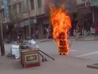 Em protesto contra a opressão da China, pastor tibetano ateia fogo ao próprio corpo