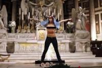 Durante protesto, ativista do Femen seminua simula aborto de Jesus e urina em altar de igreja