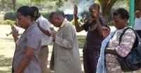 Orar pela cura ou tomar remédios? Igrejas africanas se tornam centro de polêmica por incentivarem portadores da AIDS a interromper tratamento