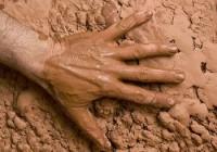 Novo estudo científico confirma o Gênesis: a vida humana teve origem no barro; Entenda
