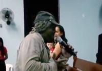 Mendigo canta e prega durante culto e vídeo se torna viral nas redes sociais; Assista