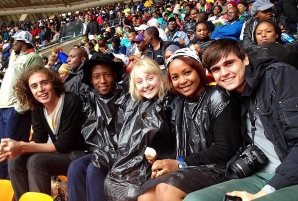 Igualdade: brancos e negros sentados lado a lado durante cerimônia de despedida de Nelson Mandela