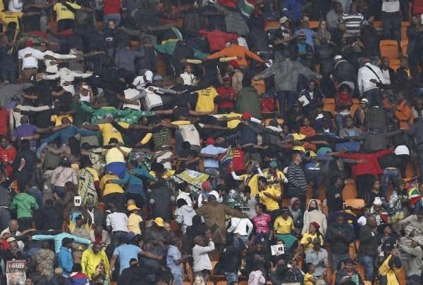Multidão promove abraço coletivo em cerimônia de tributo a Nelson Mandela