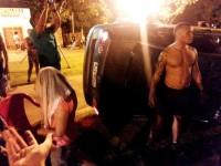 Mulher sobrevive a capotamento apenas com um arranhão, sai do carro, ajoelha e faz oração de agradecimento a Deus