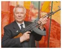 """Antes de morrer, Mikhail Kalashnikov, demonstrou arrependimento por criar o fuzil AK-47 e disse que sentia """"uma dor espiritual insuportável"""" pelas vítimas"""
