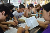 """""""Rolezinhos"""" ganham versão gospel e jovens evangélicos vão a shoppings ler a Bíblia, diz jornalista"""