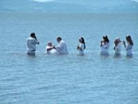 Pastor e fiel morrem afogados durante cerimônia de batismo em uma represa em Uganda Batismo-200x150