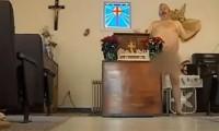 Igreja para nudistas causa polêmica por conta de cultos com pastor e fiéis peladões; Assista