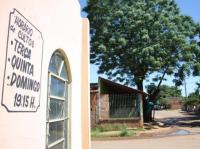 """Rua com 11 igrejas concentra evangélicos e moradores aprovam: """"Melhor templo do que boteco"""""""