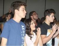 Filha de Renato Aragão vai a culto em igreja evangélica pedir pela saúde de seu pai