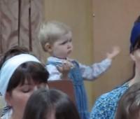 """Vídeo de criança """"regendo"""" o coral de uma igreja faz sucesso na internet; Assista"""