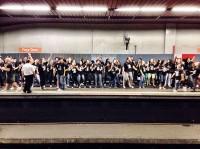 Grupo de jovens faz flash mob gospel para evangelizar foliões após comemorações do carnaval