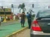 Foto de policial orando por mendigo na rua chama atenção nas redes sociais
