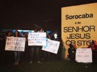 """Juiz determina retirada de placa com mensagem cristã em entrada de cidade e igrejas organizam vigília: """"Viemos defender nossa fé"""""""