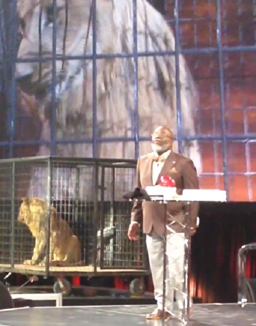 Bispo TD Jakes coloca leão no púlpito para ilustrar sermão e recebe ...
