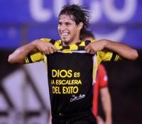 Jogador evangélico é suspenso por mostrar mensagem cristã após marcar um gol