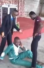 """Homem atende o celular durante exorcismo e pastor se irrita: """"Saia daqui com seus demônios""""; Assista"""
