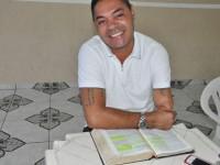 """Ex-traficante se converte ao Evangelho após ouvir """"a voz do Espírito Santo"""" e se torna pastor pentecostal"""
