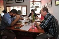 Cristãos se reúnem em bares para tomar cerveja e estudar a Bíblia