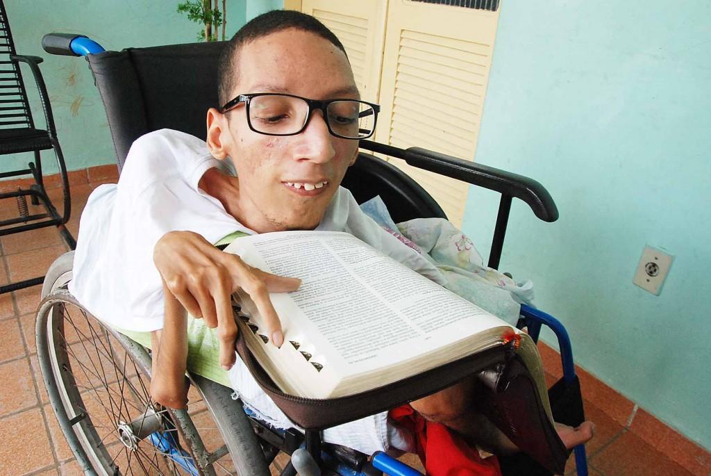 Superação: Jovem com doença degenerativa se torna pastor