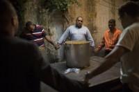 Grupo liderado por pastor evangélico faz trabalho de assistência a usuários de drogas em favela do Rio de Janeiro