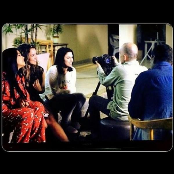 Juliane Almeida (de vermelho) durante a gravação de 'Identidade'