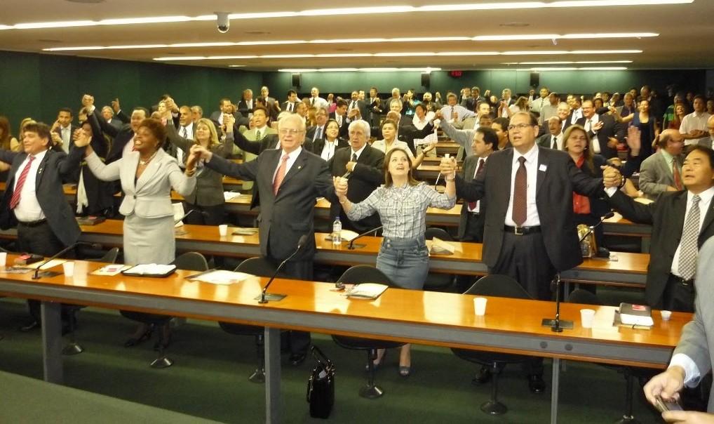 Bancada Evangélica ameaça declarar independência do governo Bolsonaro